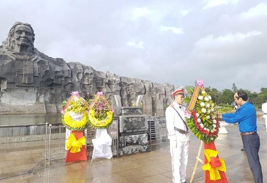 Trước đó, các đoàn đến viếng hương tại Tượng đài Bà mẹ Việt Nam anh hùng. Ảnh: D.L