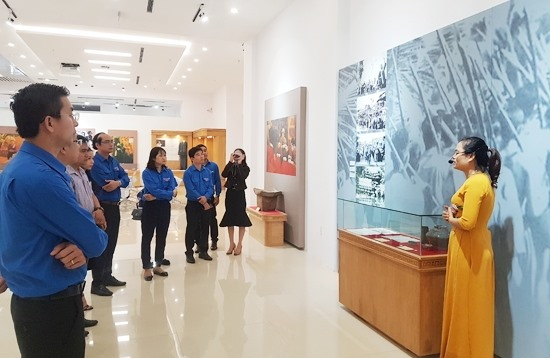 Tham quan khu trưng bày các hiện vật về Mẹ Việt Nam anh hùng. Ảnh: D.L