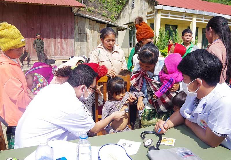 Chiến sĩ quân y Bộ Chỉ huy Quân sự tỉnh khám bệnh cho bà con nhân dân các bộ tộc Lào vào tháng 10.2019. Ảnh: T.P