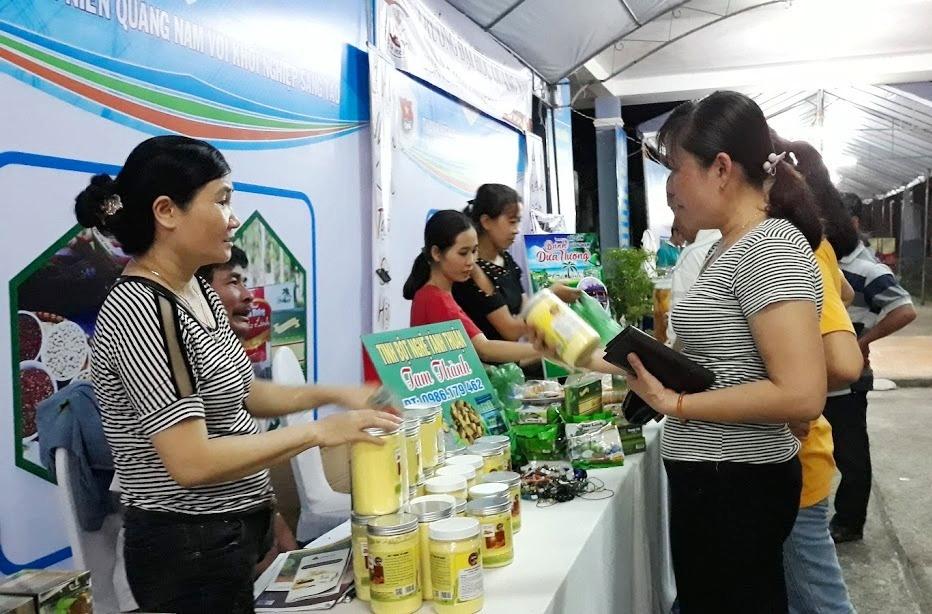 Trưng bày và bán sản phẩm tại Ngày hội Phụ nữ khởi nghiệp khu vực miền Trung - Tây Nguyên và Ngày hội Khởi nghiệp sáng tạo tỉnh Quảng Nam lần thứ nhất. Ảnh: C.N