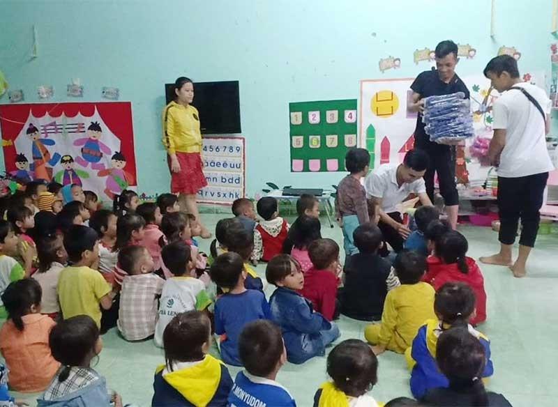 """Thành viên Nhóm """"Hơi ấm vùng cao"""" và các em nhỏ tại xã Trà Leng, huyện Nam Trà My. Ảnh: TRƯỜNG KỲ"""