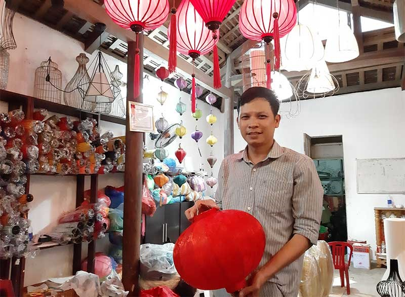 Anh Võ Đình Hoàng với sản phẩm đèn lồng Dé lantana. Ảnh: L.H