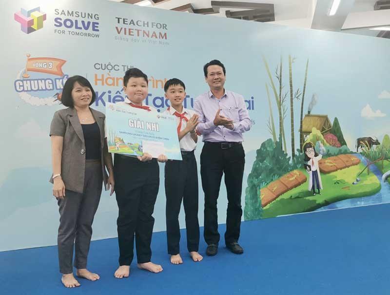 """Nhóm """"Kiến Thị"""" nhận giải nhì Cuộc thi hành trình kiến tạo tương lai năm 2019. (Ảnh: Nhân vật cung cấp)"""