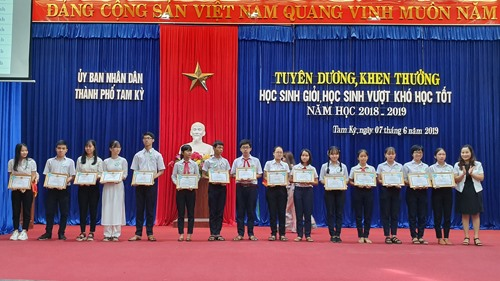 Khen thưởng cho HS giỏi đạt giải tại kỳ thi HS giỏi quốc gia và tỉnh. Ảnh: LÊ THU
