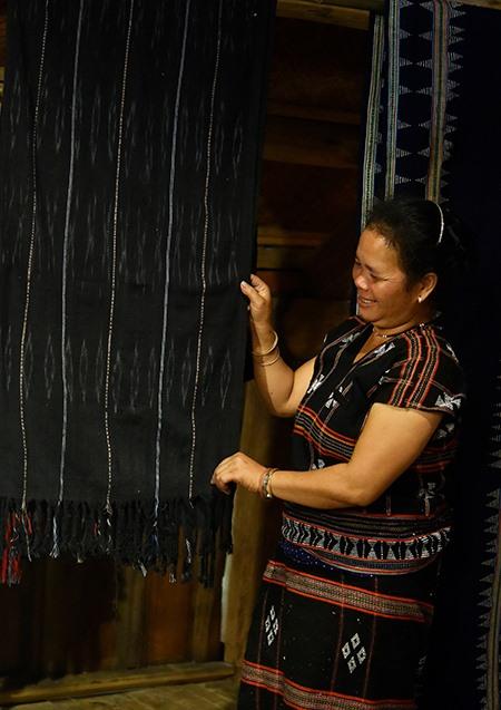 Pơling Muối phấn khởi giới thiệu một sản phầm dệt hoa văn gợn sóng vừa được hoàn thành.