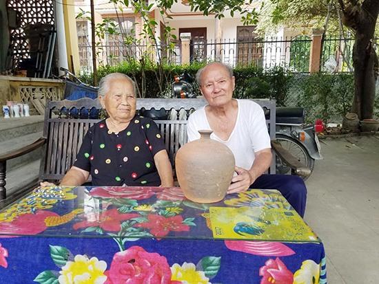 Những nghệ nhân lành nghề ở làng gốm Thanh Hà phần lớn đều đã cao tuổi.