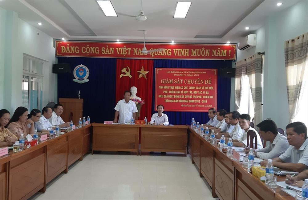 Đoàn giám sát của HĐND tỉnh làm việc với Liên minh HTX Quảng Nam. Ảnh: VĂN SỰ