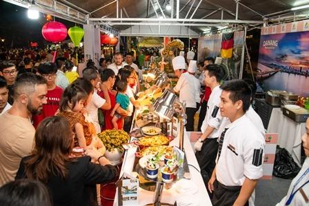 Hơn 15 nghìn thực khách thưởng thức món ăn trong 5 ngày diễn ra lễ hội. Ảnh: X.L