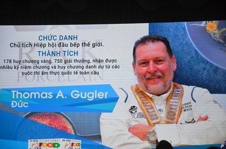 Ông Thomas Andes Gusler - Chủ tịch Hiệp hội Đầu bếp thế giới và bảng vàng thành tích ấn tượng. Ảnh: X.L