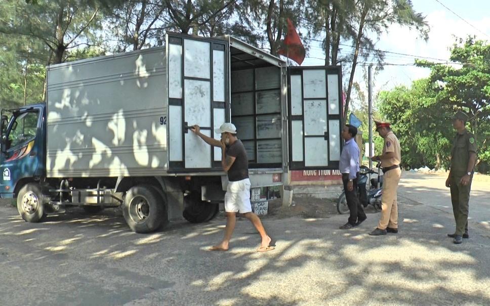 Lực lượng chức năng huyện Thăng Bình kiểm soát các phương tiện vận chuyển. Ảnh: VĂN TOÀN