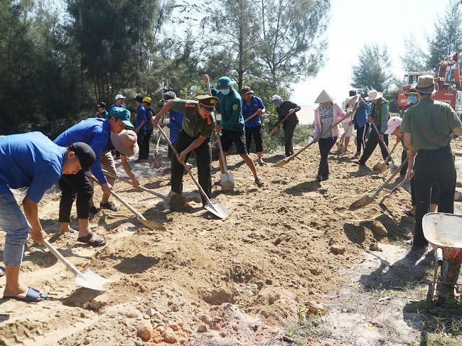Đoàn viên thanh niên tham gia xây dựng tuyến dường ra biển phục vụ ngư dân đánh bắt hải sản tại xã Duy Hải.