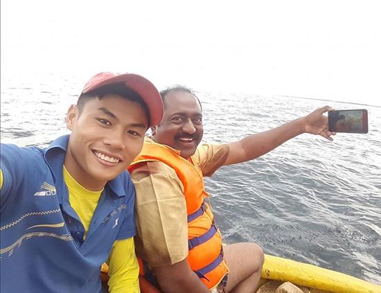 Nguyễn Tiến (bên trái) hướng dẫn khách tham gia tour trải nghiệm câu cá, câu mực.