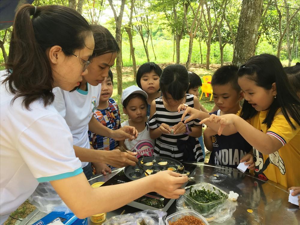 Các bạn nhỏ hào hứng tham gia hoạt động nấu ăn. Ảnh: K.L