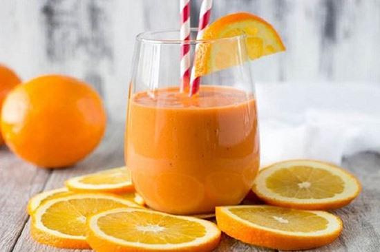 Người không có bệnh tiểu đường thì uống sữa đậu nành, nước hoa quả sẽ tốt cho cơ thể trong ngày nắng nóng. Ảnh minh họa: Internet