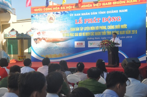 Phó Chủ tịch UBND tỉnh Trần Văn Tân phát động toàn dân tập luyện môn bơi. Ảnh: T.V