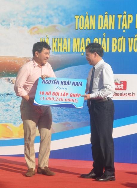Ông Nguyễn Hoài Nam tặng cho tỉnh 10 hồ bơi trị giá hơn 1 tỷ đồng. Ảnh: T.V