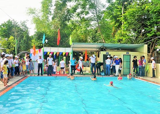 Phổ cập bơi cho học sinh vẫn chưa được tổ chức bài bản từ tỉnh đến cơ sở mà chỉ là tự phát của các trường. Ảnh: X.P