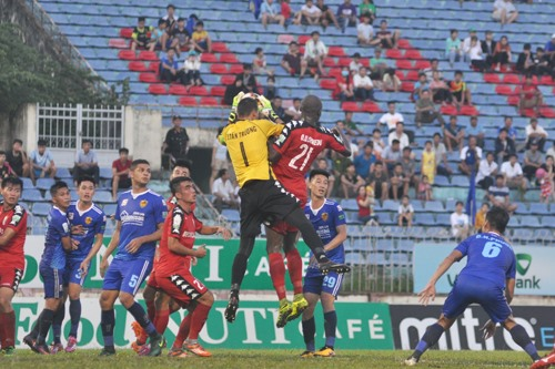 Trận đấu trên sân Tam Kỳ giữa 2 đội mùa giải trước bất phân thắng bại với 8 bàn thắng được ghi. Ảnh: T.V
