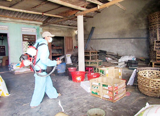 Phun hóa chất diệt muỗi phòng chống sốt xuất huyết. Ảnh: CDC