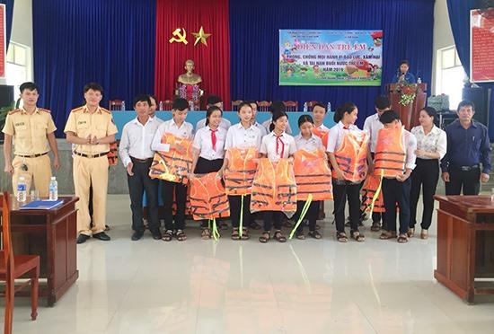 Phòng Cảnh sát đường thủy tập huấn kỹ năng phòng chống đuối nước, tặng áo phao cho học sinh xã Tam Quang (Núi Thành). Ảnh: T.C