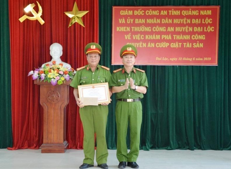 Đại tá Nguyễn Đức Dũng - Phó Giám đốc Công an tỉnh trao giấy khen của Giám đốc Công an tỉnh cho tập thể Công an huyện Đại Lộc. Ảnh: XUÂN MAI