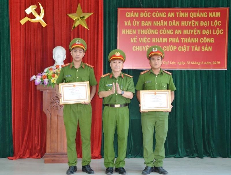 Trao giấy khen của Giám đốc Công an tỉnh cho 2 cá nhân Công an huyện Đại Lộc. Ảnh: XUÂN MAI