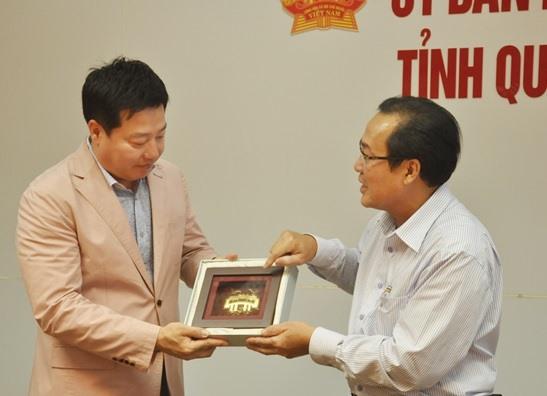 Vice Chairman Toan (R) and Mr. Jun Haeng Joon.