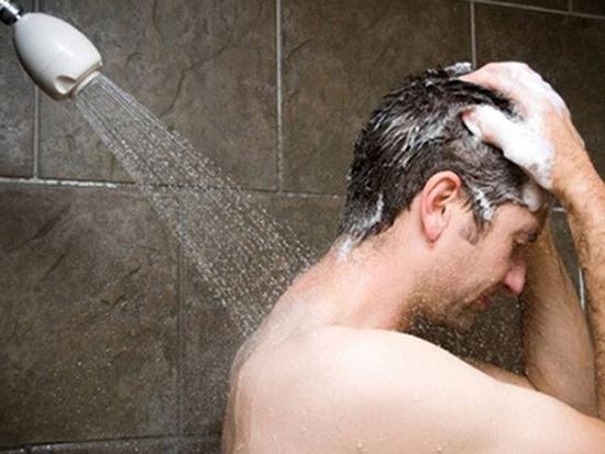 Khi đi ngoài nắng về, mọi người không nên tắm ngay. Nhiệt độ cơ thể ở ngoài trời đang tăng cao, tắm ngay lập tức khiến thân nhiệt thay đổi đột ngột, dễ gây đột quỵ. Các lỗ chân lông nở ra, nước lạnh dễ thấm vào người đột ngột gây chóng mặt, đau đầu....Ảnh minh hoạ: Internet