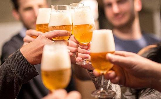 Không tắm sau khi uống rượu bia: Tắm vào lúc này sẽ làm lượng đường huyết cung cấp không đủ, dễ dẫn đến cảm sốt, nguy hiểm hơn có thể gây vỡ mạch máu. Ảnh minh hoạ: Internet