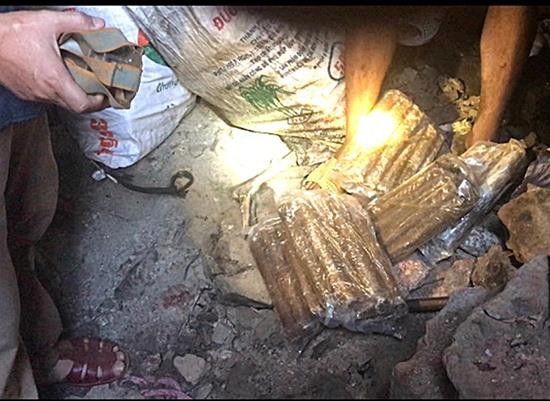 Một bãi vàng trái phép với lượng lớn thuốc nổ trong hầm vàng. Ảnh: N.P