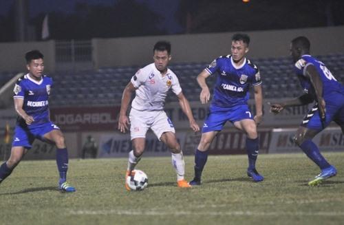 Minh Tuấn (áo trắng) tiếp tục ghi bàn nhưng không thể giúp Quảng Nam có điểm. Ảnh: T.V
