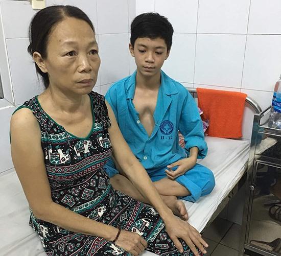 Em Văn Phú Hồng Hải (bên phải) mắc bệnh lõm lồng ngực bẩm sinh. Ảnh: N.T