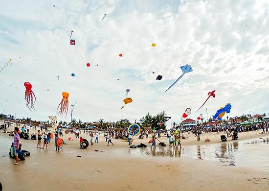 Lễ hội diều tổ chức tại bãi biển Tam Thanh năm 2017. Ảnh: P. THẢO
