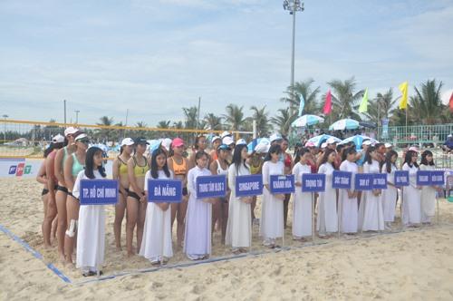 Có 16 đội bóng với 32 nữ vận động viên tham gia giải. Ảnh: T.V