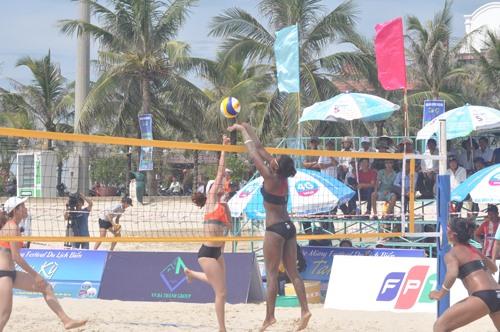 Trận đấu giữa các cô gái Thái Lan và Sanest Khánh Hòa. Ảnh: T.V