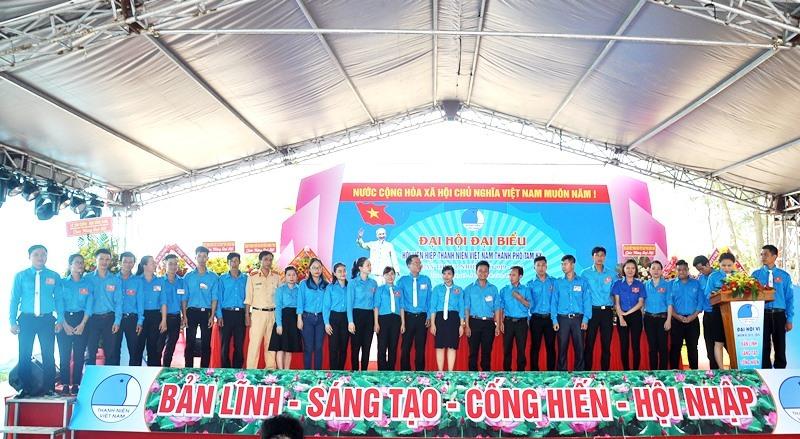 Các Ủy viên Ủy ban Hội LHTN Việt Nam TP.Tam Kỳ nhiệm kỳ 2019 - 2024 ra mắt đại hội. Ảnh: V.A