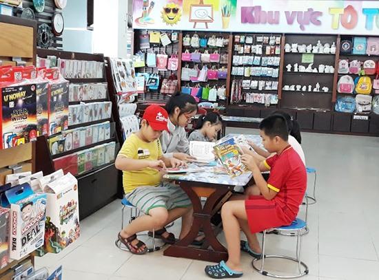 Trẻ em đọc sách ngày hè. Ảnh: C.N