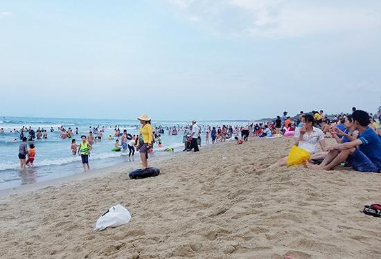 Tuy là biển dân sinh nhưng biển Thống Nhất (phường Điện Dương) lại thu hút một lượng lớn du khách và người dân địa phương vui chơi, giải trí. Ảnh: Q.T