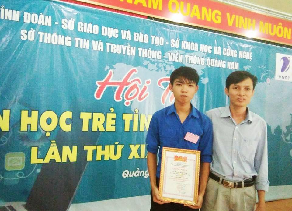 Nguyễn Huy Tưởng (bên trái) giành được nhiều giải thưởng liên quan đến bộ môn tin học. Ảnh: NVCC