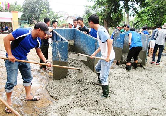 Đoàn viên thanh niên khối cơ quan nhà nước huyện Duy Xuyên ra quân đổ bê tông khuôn viên nhà sinh hoạt văn hóa thôn Phú Bông (xã Duy Trinh). Ảnh: T.S