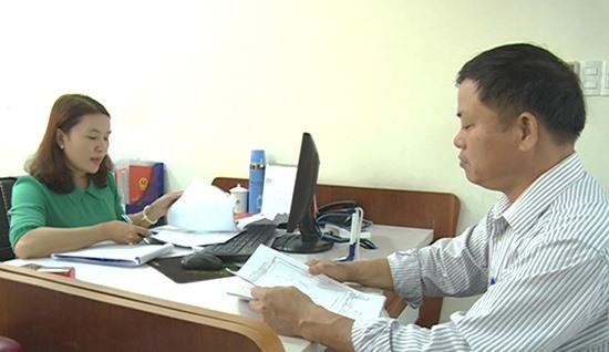 Giải quyết hồ sơ của người dân tại Trung tâm hành chính công TP.Tam Kỳ.Ảnh: V.L