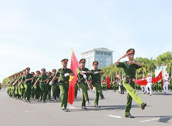 Các đội thi tham dự phần duyệt đội ngũ tại lễ khai mạc. Ảnh: T.C