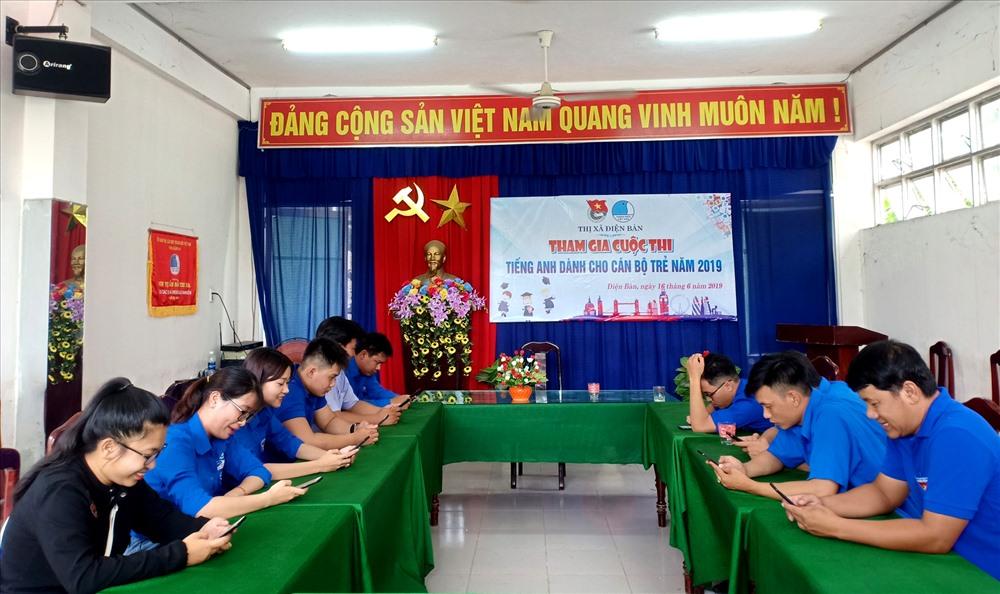 """Đoàn viên thanh niên Thị đoàn Điện Bàn tham gia hưởng ứng cuộc thi """"Olympic tiếng Anh dành cho cán bộ trẻ"""" năm 2019. Ảnh: THÁI CƯỜNG"""
