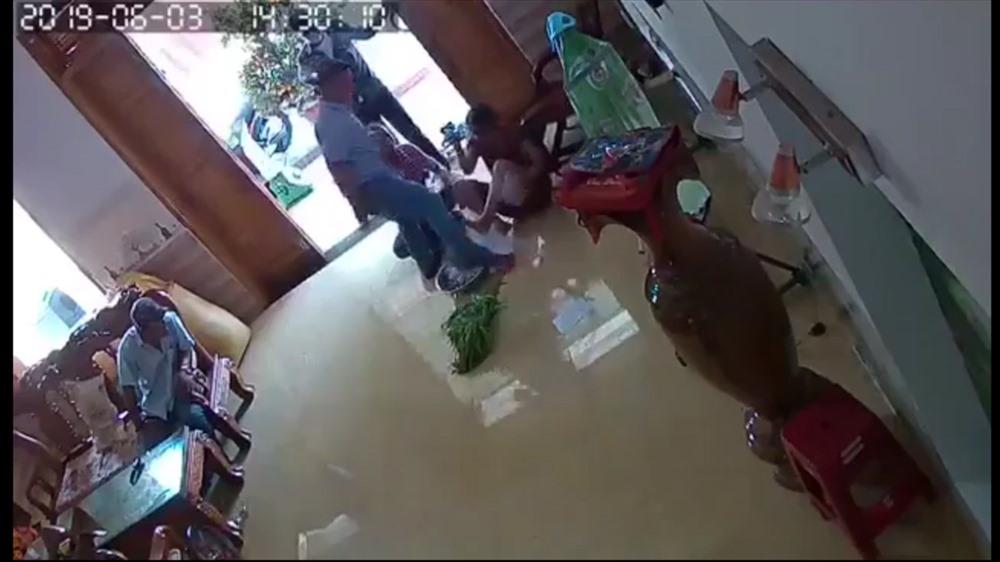 Nhóm đối tượng xông vào nhà và hành hung bà Trương Thị Thoa (ảnh cắt từ camera).
