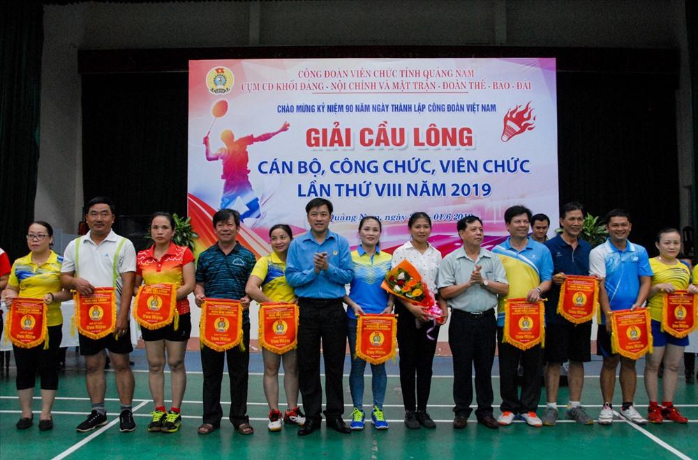 Ban tổ chức trao cờ lưu niệm cho các đội tham gia. Ảnh: H.Q