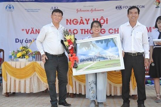 Lãnh đạo Văn phòng Ban ATGT tỉnh tặng quà lưu niệm tri ân bà Đinh Kim Phượng - Quản lý chương trình quốc gia Quỹ phòng chống thương vong châu Á. Ảnh: C.T