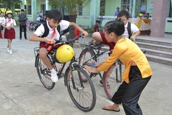 Một tiểu phẩm về ATGT do học sinh Trường Tiểu học Phạm Phú Thứ thể hiện. Ảnh: C.T