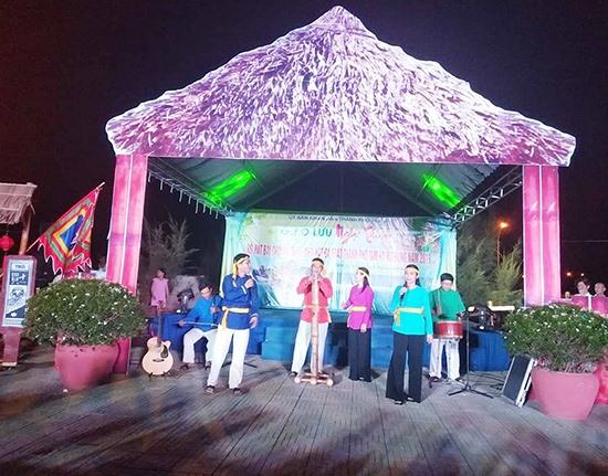 Chương trình giao lưu nghệ thuật bài chòi và trình diễn hát bả trạo trong khuôn khổ Festival Du lịch biển Tam Kỳ 2019. Ảnh: H.B - T.Q