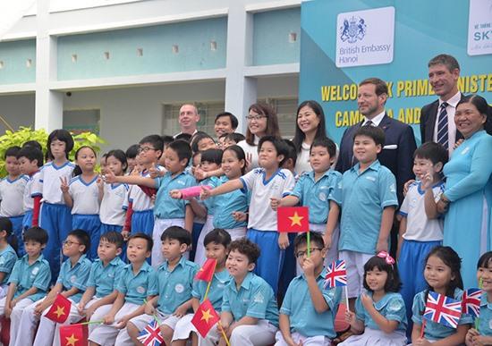 Học sinh và thầy cô Trường Sky-Line vui mừng đón phái đoàn Đại sứ Anh Quốc tại Việt Nam đến thăm vào tháng 8.2017. Ảnh: S.L