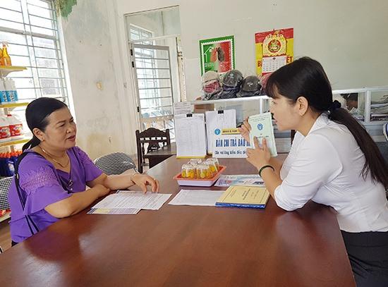 Bà Lương Thị Thêm (bìa trái) đến tham gia chính sách BHXH tự nguyện tại Bưu điện văn hóa xã Tam Giang. Ảnh: D.L